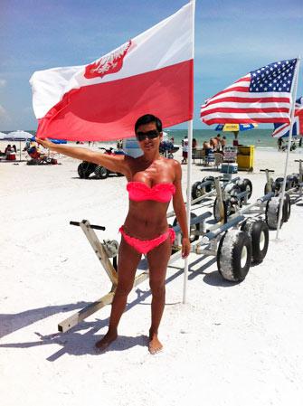 Pacjentka dr Turowskiego podkreśla swoje polskie korzenie na plażach Florydy